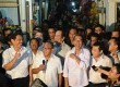 Capres dari PDIP Joko Widodo bersama Ketua Umum DPP Partai Golkar Aburizal Bakrie saat mengunjungi pasar Gembrong di Cempaka Putih, Jakarta, Selasa (13/5). (Republika/Tahta Aidilla)