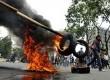 Mahasiswa yang tergabung dalam Himpunan Mahasiswa Islam (HMI) Makassar, memblokir jalan sambil membakar ban bekas saat berunjukrasa di depan Kantor DPR Makassar, Sulawesi Selatan, Senin (6/4). (Republika/Yusran Uccang)