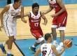 Manny Pacquiao (tengah) saat menjalani debut di kompetisi basket profesional Filipina, PBA, Ahad (19/10).