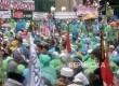 Massa Aksi 212 memadati pintu gerbang DPR RI dalam guyuran hujan, Jakarta, Selasa (21/2)