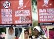 Massa dari Hizbut Tahrir Indonesia berunjuk rasa menolak penyelenggaraan Miss World 2013 di depan Istana Merdeka, Jakarta, Senin (9/9).     (Republika/Agung Supriyanto)