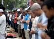 Massa yang tergabung dalam Gerakan Nasional Pengawal Fatwa (GNPF) MUI melakukan shalat Dzuhur saat berlangsungnya sidang penista Agama yang berlangsung di Auditorium Kementan, Jakarta, Selasa (24/1).