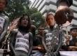 Masyarakat dan mahasiswa yang tergabung dalam Gerakan HMS (Hindari Memilih Sri Mulyani)berunjuk rasa di depan gedung Bank Indonesia, Jakarta, Kamis (8/9). (Republika/Agung Supriyanto)