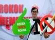 Masyarakat dari Indonesian Young Pharmacist Group dan Ikatan Apoteker Indonesia (IAI) melakukan kampanye bahaya rokok di Bundaran HI, Jakarta, Ahad (1/6). (Republika/ Yasin Habibi)
