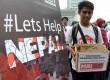 Masyarakat Relawan Indonesia (MRI) serta Aksi Cepat Tanggap (ACT) menggalang dana kemanusian untuk bencana gempa Nepal di Bundaran HI, Jakarta, Ahad (3/5). (Republika/Agung Supriyanto)