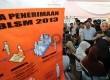 Menko Perekonomian Hatta Rajasa meninjau langsung pembagian Bantuan Langsung Sementara Masyarakat (BLSM) 2013 di Kantor Pos Kramatdjati, Jakarta Timur, Selasa (25/6).   (Republika/Tahta Aidilla)