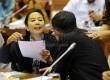 Menteri BUMN Rini Soemarno(kiri) Berbincang saat waktu tenggang tenggang rapat kerja dengan Komisi VI DPR di Kompleks Parlemen Senayan, Jakarta, Selasa (6/10).  (Republika/Rakhmawaty La'lang)