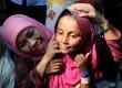 Menteri Sosial Khofifah Indar Parawansa berdialog dengan anak pengungsi suku Rohingya asal Myanmar yang terdampar di perairan Aceh di tempat penampungan sementara, Desa Bayen, Kecamatan Rantau Selamat, Aceh Timur, Aceh, Minggu (24/5).