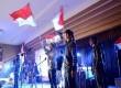 Menyanyikan lagu Indonesia Raya pada peringatan Sumpah Pemuda bersama komunitas underground di Aula Universitas Padjadjaran (Unpad), Jl Dipatiukur, Bandung, Senin (28/10).    (Republika/Edi Yusuf)