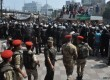 Militer Mesir melakukan pengamanan di sekitar masjid tempat berkumpul massa pendukung Muhammad Mursi