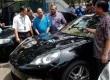Mobil sport mewah Porche Panamera yang berhasil disita dari tersangka bandar narkoba FA di Jakarta, Kamis (28/3).  (Antara/Ujang Zaeelani)