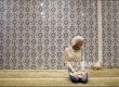 Muslim Amerika Emily Miry, 24, menyelesaikan shalat Ashar di Islamic Cultural Center, Manhattan, New York
