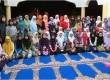 Muslimah dari Universiti Teknologi Petronas (UTP) berfoto bersama pekerja pabrik di Perak, Malaysia.