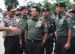 Panglima TNI Jenderal Moeldoko (tengah).