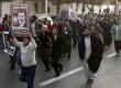 Para pendukung presiden berbaris sambil meneriakkan yel-yel dukungan kepada presiden Mursi di luar istana presiden Mesir di Kairo, Kamis (6/12). (Reuters/Asmaa Waguih)
