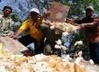 Para perajin tahu memusnahkan tahu-tahu di Lapangan Semanan, Kalideres, Jakarta Barat, Rabu (25/7). (Aditya Pradana Putra/Republika)