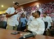 Pasangan calon Gubernur dan Wakil Gubernur DKI Jakarta Anies Rasyid Baswedan (kanan) Sandiaga Uno (kiri) berbincang seusai acara silaturahmi media di Kantor DPP Gerindra, Jakarta, Kamis (16/2).