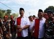 Pasangan Calon Gubernur Kepulauan Riau (Kepri) Soeryo Roespationo (kiri) dan wakilnya Ansar Ahmad dikawal pendukungnya saat mendaftar Pilkada di KPU Provinsi Kepri, Tanjungpinang, Kepri, Senin (27/7).