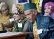 Pasangan pengantin difabel dan dhuafa mengikuti persiapan nikah massal pada acara Mimbar Hiburan Amal Bagi Dhuafa (MHABD) di halaman Gedung Sate Bandung, Jawa Barat, Rabu (17/5). Acara MHABD ke-28 merupakan kegiatan berbagi untuk penyandang difabel dan masyarakat kurang mampu untuk menyambut datangnya Ramadan.