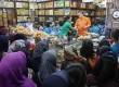 Pasar kue kering di Jatinegara, Jakarta, Rabu (23/7), mulai dipadati pembeli.  (Republika/Adhi Wicaksono)