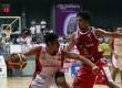 Pebasket Indonesia Warriors John Albert Smith (putih).