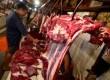 Pedagang daging melayani pembeli daging sapi di Pasar Tebet, Jakarta Selatan, Senin (4/2).   (Republika/Wihdan Hidayat)