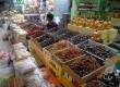 Pedagang kurma menanti pembeli di Thamrin City, Jakarta Pusat, Rabu (9/10).   (Republika/Rakhmawaty La'lang)