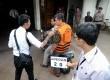 Pegawai Mahkamah Agung Djodi Supratman (rompi oranye) melakukan rekonstrusi di kantor firma hukum Hotma Sitompoel di Jakarta, Rabu (18/9).     (Republika/ Wihdan)