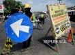 Pekerja memasang rambu dipintu masuk area pembangunan flyover Dermoleng, Brebes, Jateng, Rabu (14/6).