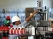 Pekerja memeriksa pengisian minyak pelumas di pabrik pengemasan Pertamina di Kawasan Tanjung Priok, Jakarta Utara, Kamis (8/11). (Republika/Wihdan Hidayat)