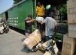 Pekerja menata sepeda motor yang akan dikirim melalui jasa pengiriman kereta api di Stasiun Jakarta Gudang, Rabu (16/7). Menjelang Lebaran, pengiriman paket ataupun sepeda motor melalui jasa ekspedisi angkutan kereta api (KA) diperkirakan meningkat sekitar