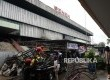Pekerja mengangkut besi sisa kebakaran Pasar Senen, Jakarta, Selasa (31/1).