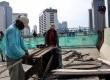 Pekerja menyelesaikan proyek Jalan Layang Non Tol (JLNT) Kampung Melayu - Tanah Abang, Jakarta, Senin (25/11). (Republika/Yasin Habibi)