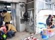 Pekerja tengah memperbaiki lift di halte Busway Sarinah, Jakarta Pusat, Senin (17/12).  (Rakhmawaty La'lang)