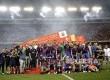 Tim Barcelona FC berfoto dengan Piala Raja Spanyol, di Stadion Vicente Calderon, Madrid, Spanyol, Ahad (28/5) dini hari