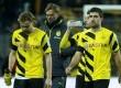 Pelatih Borussia Dortmund Juergen Klopp (kedua kiri) berjalan bersama para pemainnya seusai ditaklukkan FC Augsburg, Kamis (5/2) dini hari WIB.