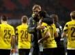 Pelatih Borussia Dortmund Juergen Klopp menghibur para pemainnya usai gagal memetik kemenangan melawan Bayer Leverkusen, Ahad (1/2) dini hari WIB.