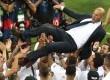 Pelatih Real Madrid Zinedine Zidane dilempar ke udara oleh para pemain Los Blancos usai meraih gelar juara Liga Champions di Stadion San Siro, Milan, Ahad (29/5). (AP/Alessandra Tarantino)