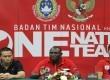 Pelatih Timnas Senior Indonesia Jackson F Tiago (tengah) didampingi Asisten Pelatih Yeyen Tumena (kiri) dan Pelatih fisik Oswaldo Lessa Filho (kanan) memberikan keterangan pers di Jakarta, Ahad (2/6).  (Antara/M Agung Rajasa)