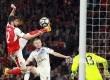 Pemain Arsenal Olivier Giroud menahan bola di udara pada  Premier League melawan tim Sunderland di Emirates stadium, Rabu (17/5) dini hari
