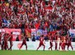 Pemain Indonesia mendekati suporter usai menang melawan Myanmar pada laga perebutan tempat ke-3 SEA Games 2017 Kuala Lumpur di Stadium Selayang, Malaysia, Selasa (29/8).