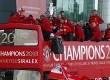 Pemain Manchester United, staf dan Alex Fergusson berada di bus tingkat terbuka untuk dalam parade kemenangan di Manchester, setelah meraih gelar juara  ke-13 Liga Primer Inggris