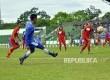 Pemain Persib Bandung Febri Haryadi (kiri) memberi umpan kepada rekannya melawan Progresif FC saat pertandingan uji coba di Stadion Siliwangi, Kota Bandung, Rabu (25/1).
