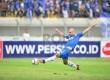 Pemain Persib Serginho van Dijk berusaha menjangkau bola saat melawan Sriwijaya FC pada pertandingan Liga Super Indonesia 2013 di Stadion Si Jalak Harupat, Bandung, Sabtu (15/6).  (Republika/Yogi Ardhi)