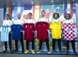 Pemain Real Madrid (kiri-kanan), Angel Di Maria (Argentina), Karim Benzema (Prancis), Iker Casillas (Spanyol), Cristiano Ronaldo (Portugal), Marcelo (Brasil) dan Luka Modric (Kroasia) berpose dengan jersey timnas mereka.