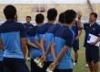 Pemain Timnas U-19 Indonesia mendengarkan pengarahan pelatih Indra Sjafri (kanan).