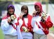 Pemanah Indonesa Linda Lestari, Titik Kusumawardani, dan Diananda Chairunisa Odari kiri) menunjukan medali perak usai pertandingan final cabang Recurve Panahan Beregu Putri Sea Games 2017 di Komplek Stadion Bukit Jalil, Malaysia, Senin (21/7).