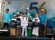 Pemberian bantuan secara simbolis kepada perwakilan anak yatim oleh Direktur Utama Bank BJB, Ahmad Irfan, di area panggung Family Fun Walk dalam rangka 56 Tahun Bank BJB, Ahad (14/5).