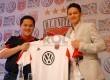 Pemilik DC United Erick Thohir (kiri) berfoto bersama pesepakbola Syamsir Alam usai menggelar jumpa pers di Jakarta, Sabtu (2/2). (Republika/Agung Fatma Putra)