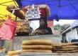 Penganan menyerupai martabak dijual di pasar Ramadan, Kuala Lumpur,